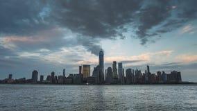 Взгляд Timelapse от Jersey City через Гудзон к горизонту Манхаттана Нью-Йорка на заходе солнца видеоматериал