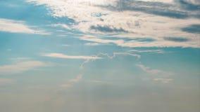 Взгляд Timelapse свертывая облаков в голубом небе видеоматериал