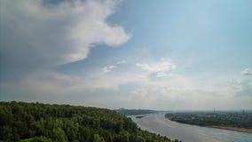 Взгляд Timelapse свертывая облаков на голубом небе сток-видео