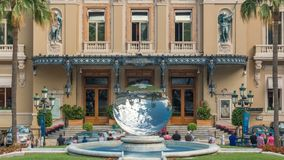 Взгляд timelapse скульптуры зеркала неба в переднем здании казино в Монте-Карло видеоматериал