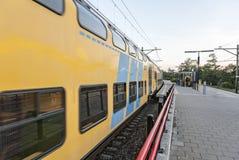 Взгляд trainstation куда поезд проходит мимо стоковое фото rf