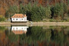 взгляд transylvania озера ighiu дома Стоковое фото RF