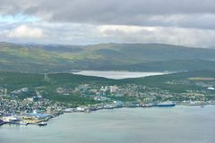Взгляд Tromso на острове Tromsoya и живописных горах на острове Kvaloya Северная Норвегия Стоковые Изображения RF