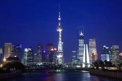 взгляд tv башни shanghai перлы ночи востоковедный Стоковое Изображение