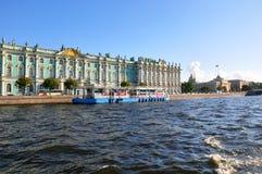 Взгляд Зимнего дворца от реки Neva. Санкт-Петербург, Россия Стоковые Изображения