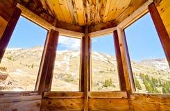 Взгляд изнутри сохраненного дома в вилках Animas, город-привидения в горах Сан-Хуана Колорадо Стоковые Фото