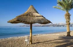 Взгляд на Gulf of Aqaba от песчаного пляжа Eilat Стоковое Изображение
