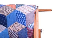 Взгляд детали античного лоскутного одеяла на деревянной стойке, белой изоляции Стоковые Изображения