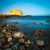 взгляд paphos ночи замока Стоковая Фотография