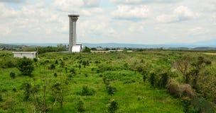 Взгляд авиапорта, высокого здания между зеленым полем Стоковое Изображение
