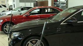 Взгляд автомобиля строки нового на новом выставочном зале автомобиля Совершенно новые автомобили в запасе Новый рынок автомобилей акции видеоматериалы