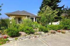 Взгляд американского дома мастера с сериями растительности в фронте Стоковое Фото