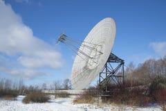 Взгляд антенны радиотелескопа обсерватории Pulkovo астрономической Взгляд собора Андрюа апостола Стоковая Фотография RF