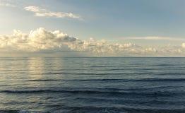 Взгляд ландшафта красивого темносинего моря Стоковые Изображения
