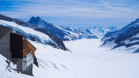 Взгляд ландшафта Jungfrau с предпосылкой снега и голубого неба Стоковое Фото