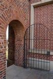Взгляд арочного кирпича masonry с дверью металла Стоковое фото RF
