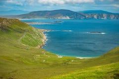 Взгляд Атлантического океана от холма на заливе Keem, Achill, Co Стоковая Фотография RF