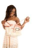 Взгляд Афро-американского портмона платья персика женщины открытый вниз стоковая фотография rf