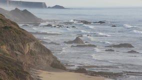 Взгляд Алгарве побережья океана вечера, Португалия акции видеоматериалы