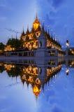 Взгляда замка перемещения Ratchanadda виска Таиланда небо цвета популярного металлического twilight на Бангкоке Стоковые Изображения RF