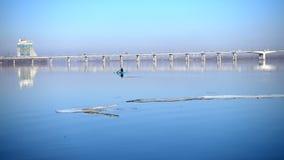 Взгляд банка Dnipro реки и моста на городе Dnipro на весне акции видеоматериалы