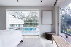Взгляд бассейна от спальни в роскошном австралийском доме Стоковое Изображение
