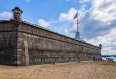 Взгляд бастиона Naryshkin и флаг возвышаются Стоковое Изображение