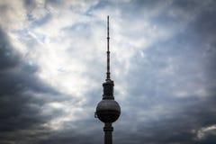 Взгляд башни ТВ Берлина (Fernsehturm), в Mitte, Берлин, Ger Стоковые Изображения RF