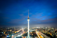 Взгляд башни ТВ Берлина (Fernsehturm) на ноче, в Mitte, Стоковая Фотография RF