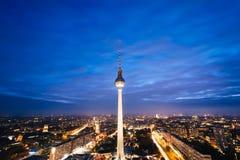 Взгляд башни ТВ Берлина (Fernsehturm) на ноче, в Mitte, Стоковые Фотографии RF