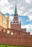 Взгляд башни Borovitskaya с кирпичной стеной Кремля красной от сада Александра в Москве Стоковое Фото