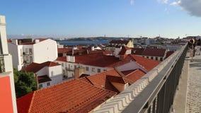 Взгляд балкона сценарный Лиссабона сток-видео
