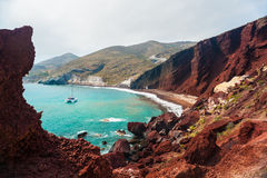 Взгляд берега моря и красного пляжа Стоковая Фотография