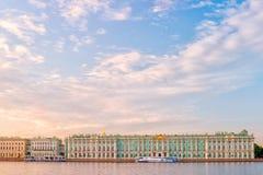 Взгляд берега реки музея положения обители Зимнего дворца, St Peter Стоковое Изображение