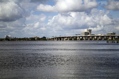 Взгляд берега реки через реку ` s St. John в Джексонвилле Флориде Стоковые Изображения