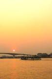 Взгляд берега реки Chaophraya с зданиями и шлюпками Стоковое Изображение RF