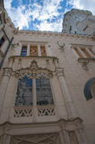 Взгляд белой старой башни замка снизу чехии Стоковые Изображения RF
