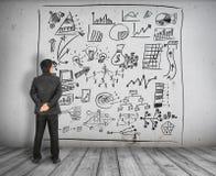 Взгляд бизнесмена на диаграмме концепции дела на стене Стоковое Изображение RF