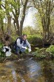 Взгляд биолога берет образец в реке Стоковое Изображение