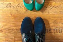 Взгляд ботинок битника женщины и человека сверху Стоковые Фотографии RF