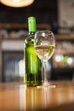 Взгляд бутылки белого вина Стоковое фото RF