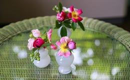 Взгляд вазы на таблице и флористического украшения в комнате Стоковая Фотография RF
