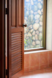 Взгляд ванной комнаты через открыть дверь стоковые изображения