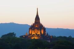 Взгляд верхней части старого буддийского виска с Gawdaw Palin на заднем плане twilight неба Bagan, Бирма Стоковое Изображение RF