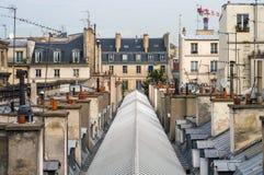 Взгляд верхних этажей и крыши жилого дома в Париже на предпосылке голубого неба Стоковые Изображения RF