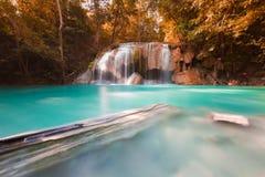 Взгляд весеннего сезона глубоких водопадов леса в национальном парке стоковые изображения rf