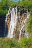 Взгляд весны большого водопада на озерах Plitvice Стоковые Изображения