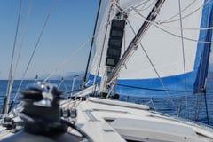 Взгляд ветрила яхты и персоны палубы первый Стоковые Изображения RF