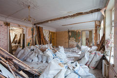 Взгляд винтажной комнаты с fretwork на потолке квартиры и ретро люстры во время нижней реновации, remodeling стоковая фотография rf