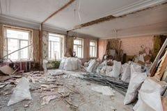 Взгляд винтажной комнаты с fretwork на потолке квартиры и ретро люстры во время нижней реновации, remodeling стоковые изображения